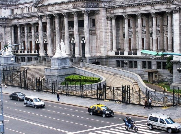 """Una vista del Congreso Nacional. Se puede ver en las plantas podadas, la palabra """"nacional"""""""