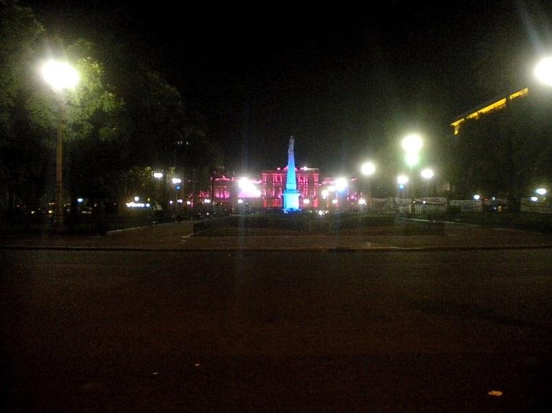 Hermosa vista nocturna, de lejos, de la Casa Rosada