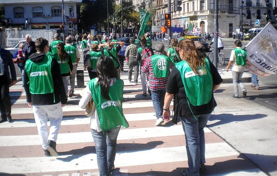 La gente concurriendo a la marcha, en Buenos Aires