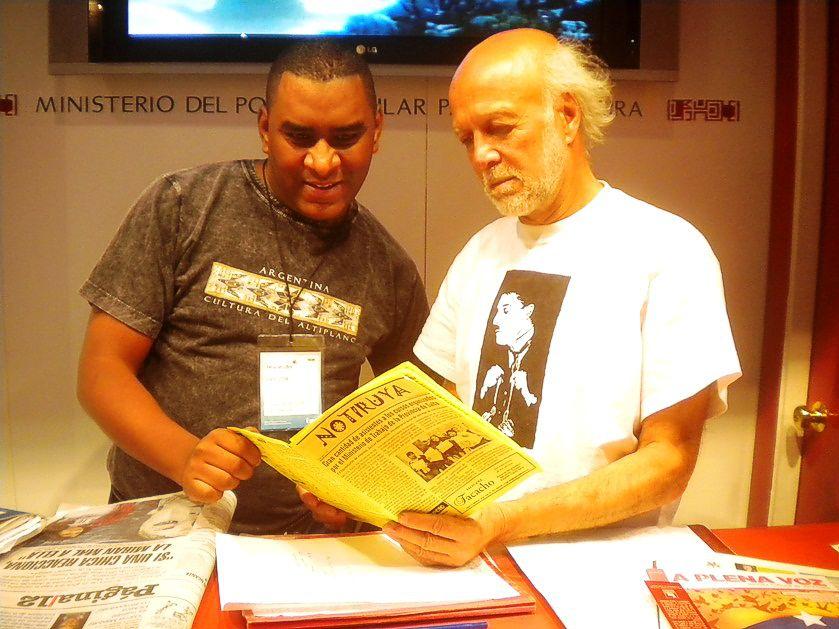 Luis y Luis, en el stand de Venezuela, leyendo NOTIRUYA