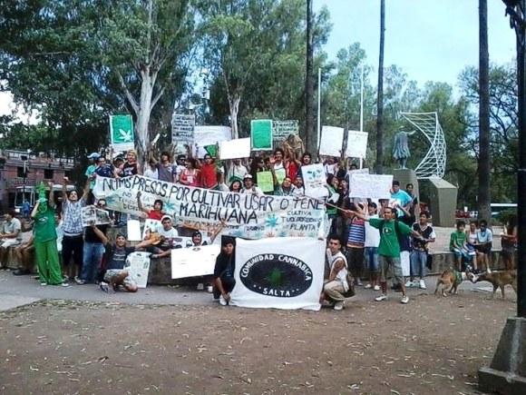 Una parte de los manifestantes que reclamaron a favor de la despenalización del consumo y el auto cultivo de marihuana, en Salta