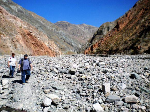 Una pareja de turistas de Alemania, volviendo de San Isidro a Iruya por la playa (lecho) del río. (Foto: Pablo Harvey)