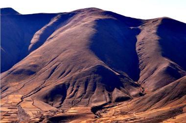 Cerros gigantescos protegen los pueblos, en Iruya. (Foto: Eli Taylor)