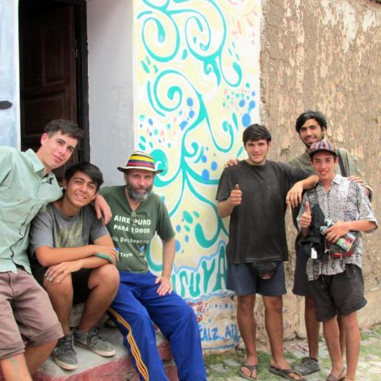 Los muchachos con Pablo Harvey, presidente de KURMI, la Biblioteca Popular de Iruya.