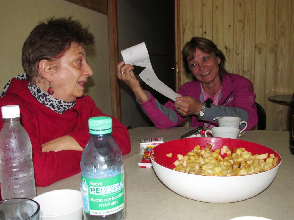 """Una cena compartida en Iruya. Nótese la """"paquetería"""" de las servilletas..."""