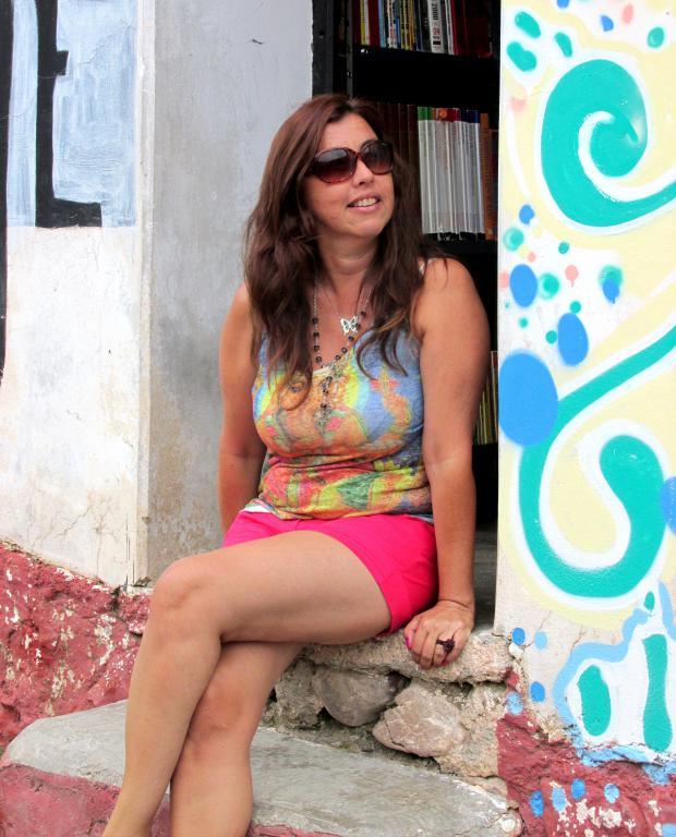 Andrea, de Bs. As., en la puerta de KURMI, la Biblioteca Popular y Centro Cultural de Iruya. (Foto: Pablo Harvey).
