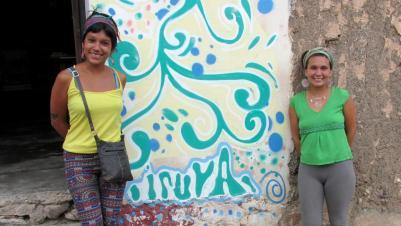 Florencia y Natalia, de La Matanza (Buenos Aires). Contentas, sonríen frente a KURMI. (Foto: Pablo Harvey).