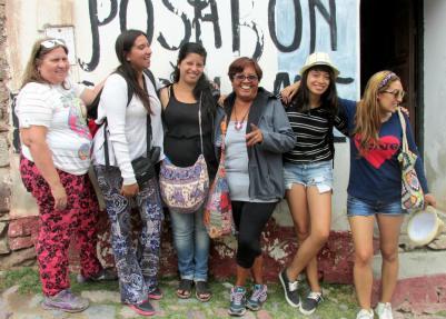 Las chicas de Mar del Plata y Buenos Aires, sonrientes, en la entrada de KURMI. (Foto: Pablo Harvey).