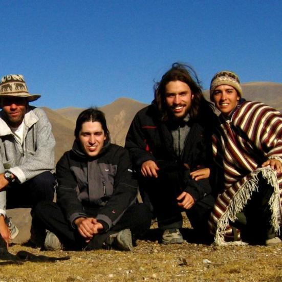 Caminata por la montaña. Editor Pablo Harvey con amigos. Temprano por la mañana, en invierno.