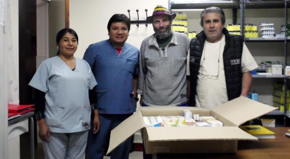 De derecha a izquierda: Dr. Wilson Retamoso (gerente del hospital), Pablo Harvey (presidente de KURMI) y personal del hospital.