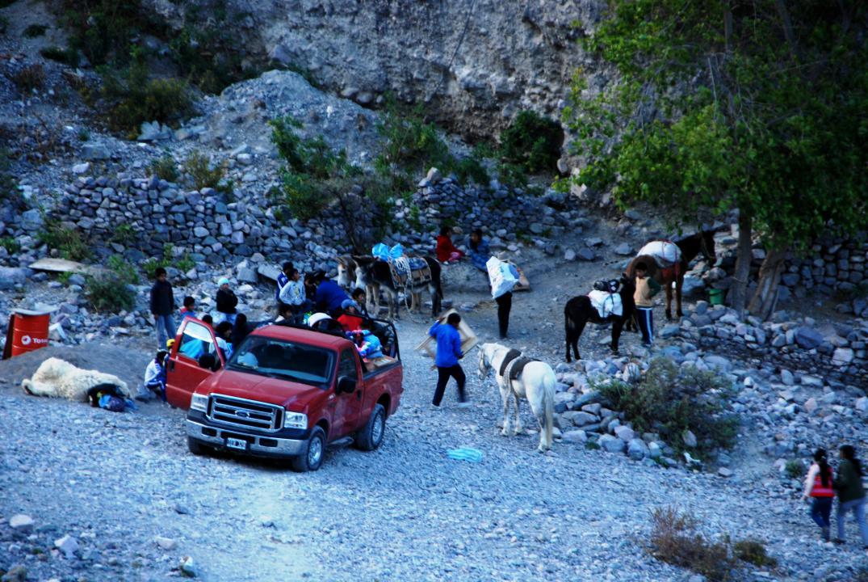 La camioneta llegó con la mercadería. La gente ya está cargando sus compras. Burros y caballos esperan. (Foto: Andrea Semplici).