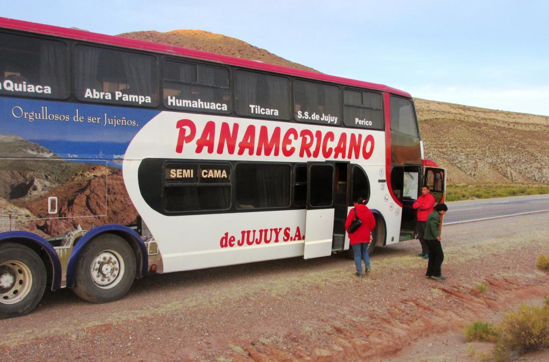 JUJUY.- El ómnibus de la empresa Panamericano, pocos minutos después del accidente, estacionado sobre la banquina en sentido hacia San Salvador de Jujuy. (Foto: Pablo Harvey).