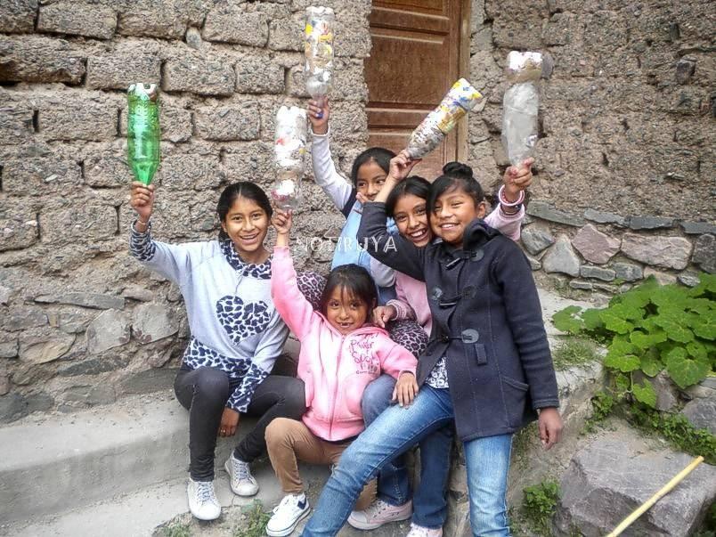 Niñas de Iruya con eco ladrillos, en Kurmi.
