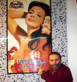 """Editor junto a la """"Coca"""" Sarli: 100 % carne, y con piel..."""