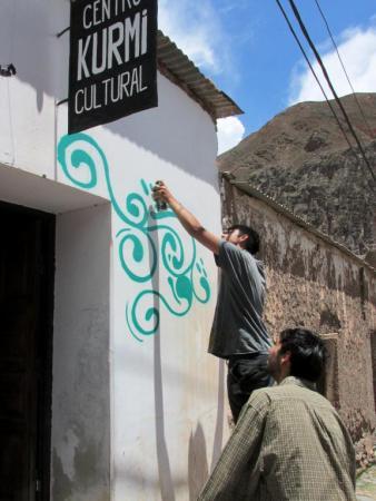 Julián, luego de presentar el boceto acerca de lo que pintarían, comenzó la tarea. (Foto: Pablo Harvey).