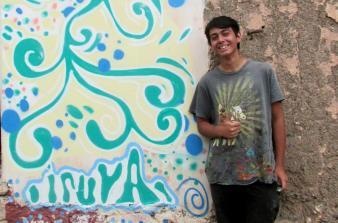 Julián, junto al mural. (Foto: Pablo Harvey).