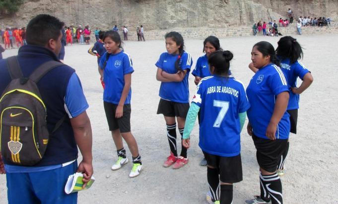 Parte del equipo femenino de Abra de Araguyoc, antes de jugar la final con San Juan. A la izquierda, el secretario de deportes. (Foto: Pablo Harvey).