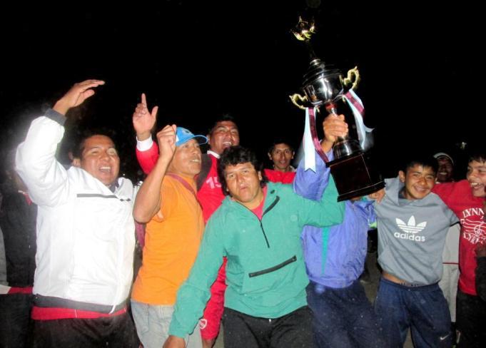 El equipo de veteranos de San Isidro, festejando haber salido campeones. (Foto: Pablo Harvey).