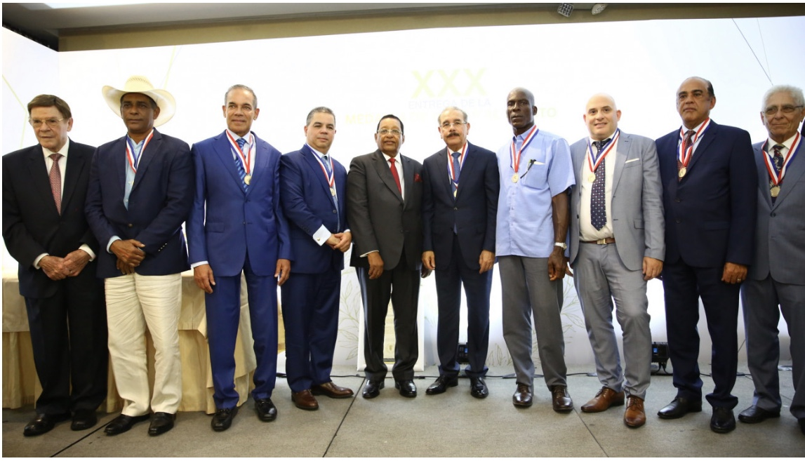 Danilo Medina asiste a entrega XXX Medalla de Honor al Mérito ADHA y recibe reconocimiento por aportes a la agropecuaria