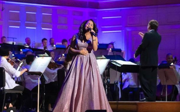 Amanda Mena, intérprete dominicana destacada en el extranjero promociona su música en el país.