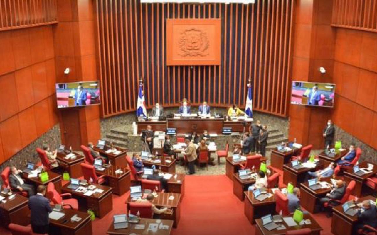 Senado aprueba resolución que solicita al presidente prohibir entrada de personas a lugares públicos y privados sin vacunarse