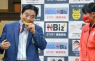 Obligan a pedir disculpas a un alcalde japonés que mordió la medalla de oro olímpica