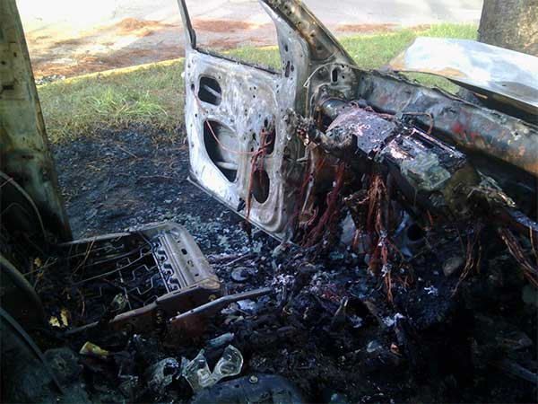 El vehículo quedó totalmente calcinado   Foto: vía Twitter