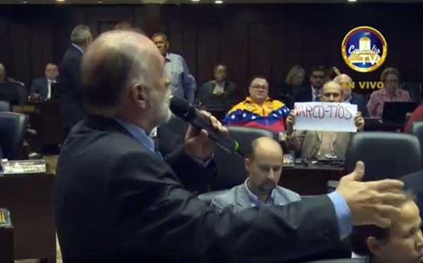 La pancarta dedicada a Nicolás Maduro y Cilia Flores   Foto: Captura de video