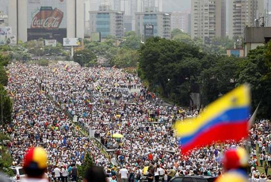 Resultado de imagen para venezolanos en la calle