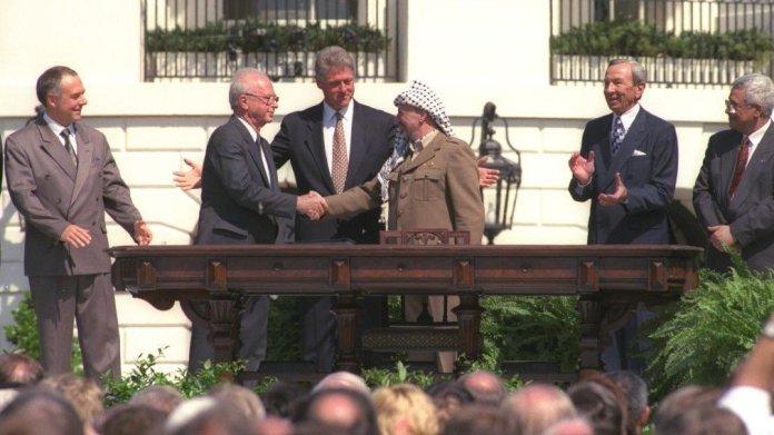 La storica stretta di mano tra Arafat e Rabin a Washington
