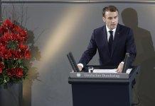"""Macron interviene a Berlino davanti al Parlamento: """"L'Europa non permetta che il mondo scivoli nel caos""""."""