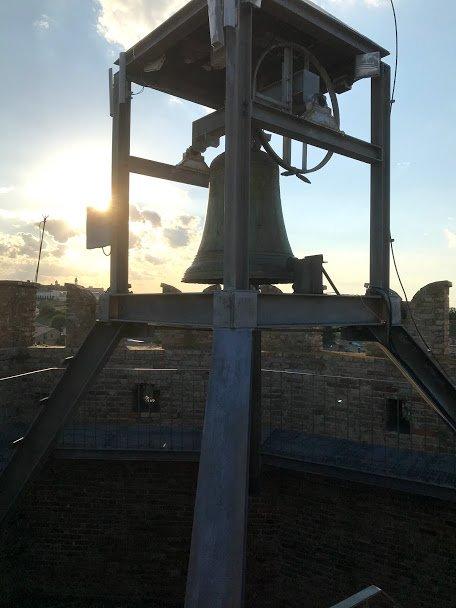 In cima alla torre eptagonale di Moresco