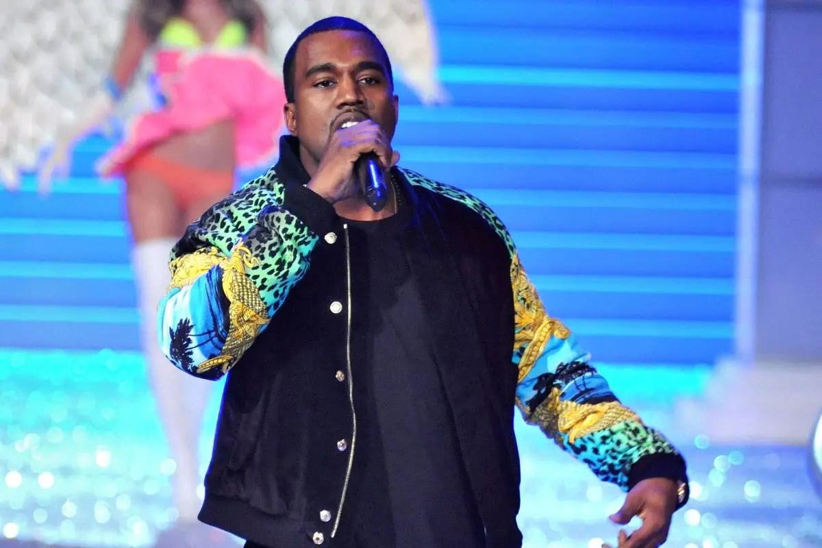 Perché Kanye West adesso vive in uno stadio? C'entra il rinvio di Donda