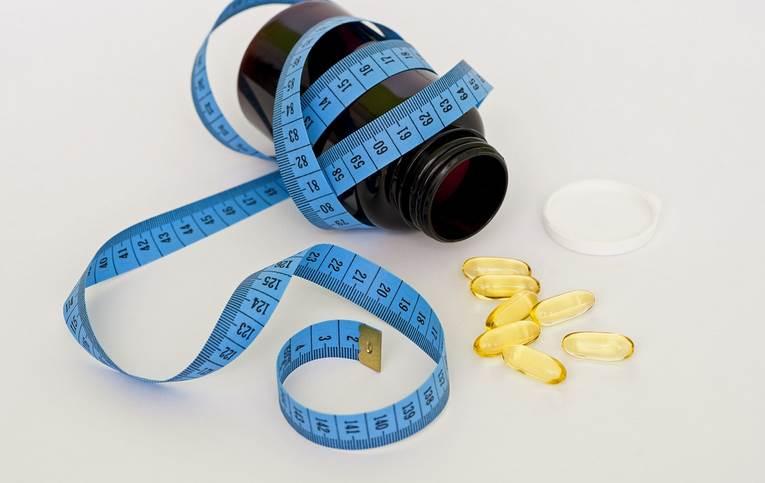 medico che dà le pillole per perdere peso
