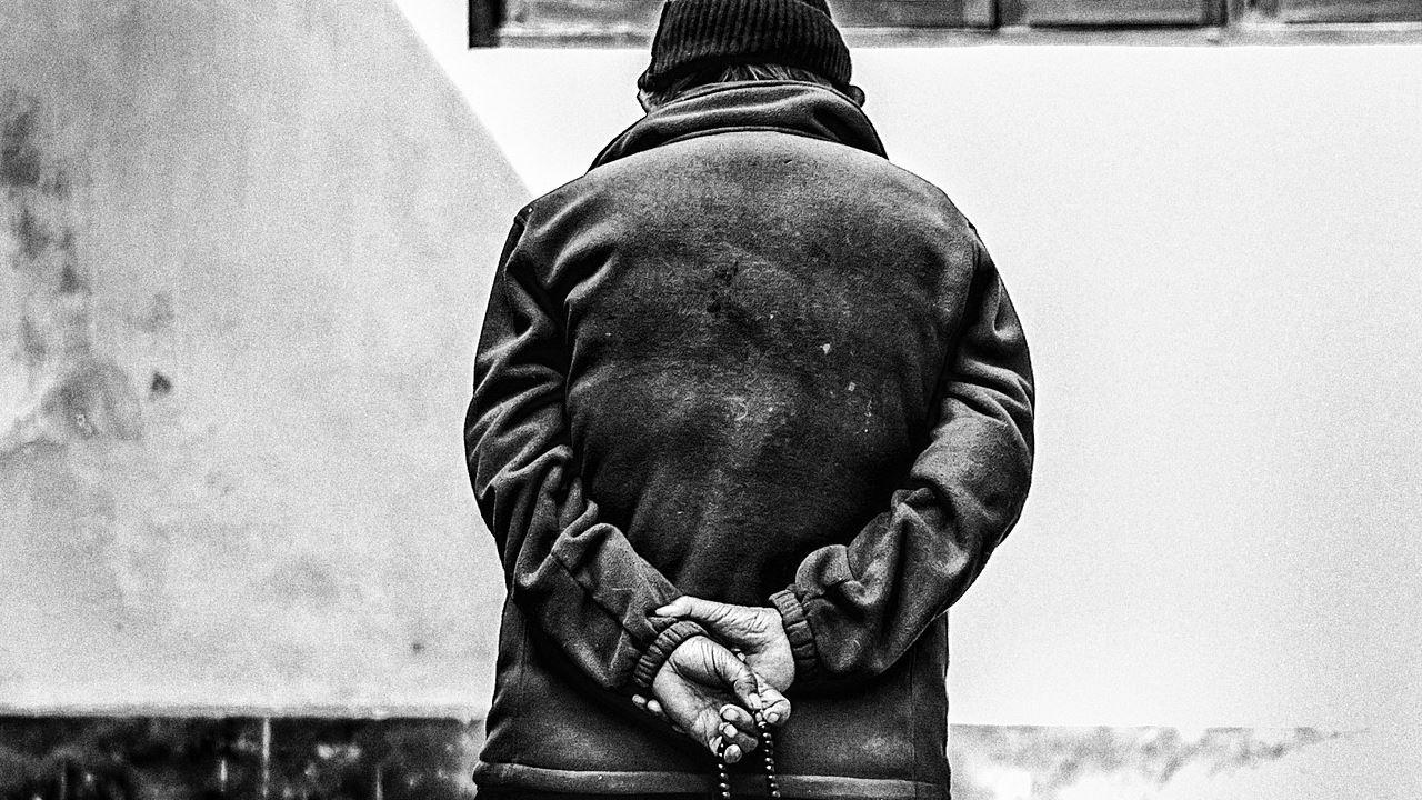 anziano calma passeggiata solitudine tristezza adulti vecchio pensione-1280×720