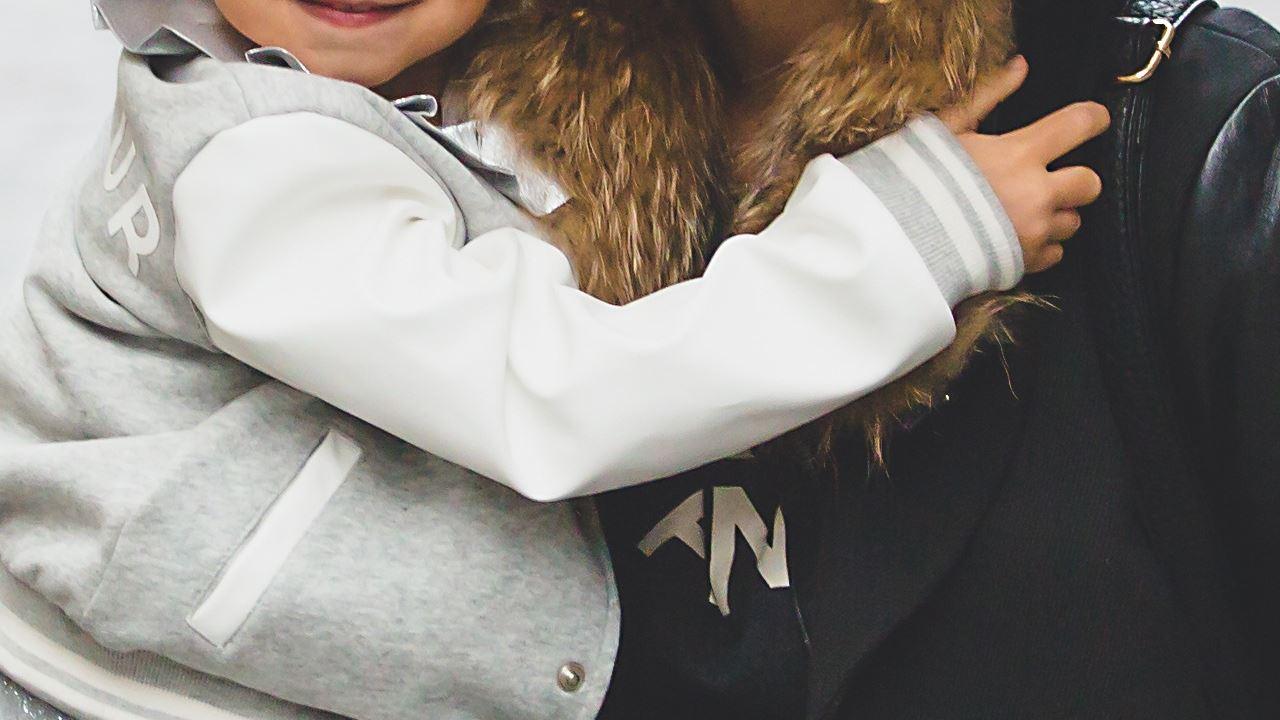 calma bambino abbracciò amore mamma figlia-1280×720