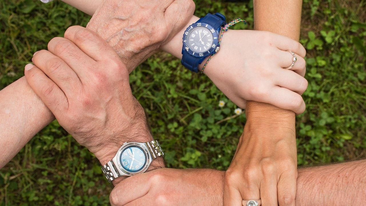 spirito di squadra collaborazione amicizia fraternità rispetto fedeltà coesione gruppo comunità uomini maschi mani orologi-1280×720
