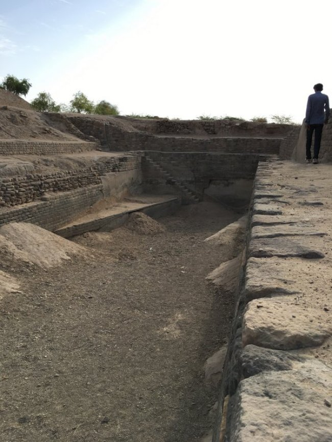 reservoir_dholavira_watermanagementsystem_harappan_civilzation
