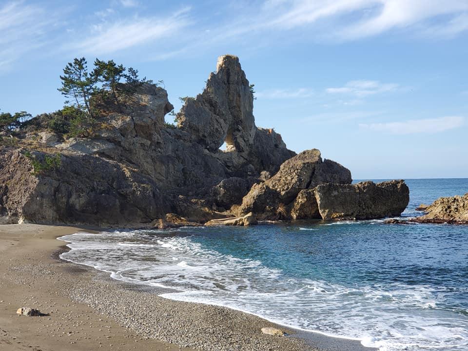写真撮影スポット「窓岩」は日本海の荒波が作った芸術【輪島市 曽々木海岸】