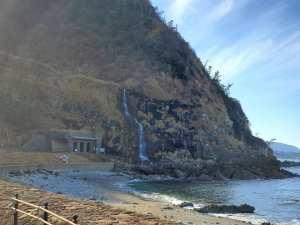 滝の流れが直接海に注ぎこむ「垂水の滝」【輪島市 真浦町】