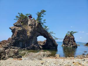 大きな二つの岩がまるで夫婦が寄り添っているように見える 機具岩(はたごいわ)【志賀町】