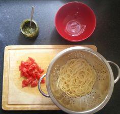 Spaghetti, fresh tomato and pesto