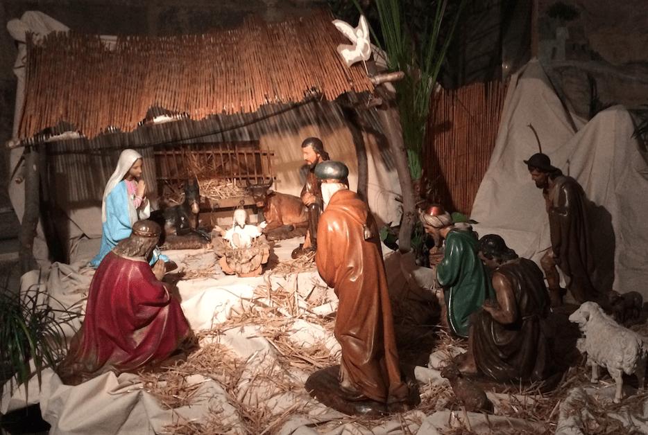 Prière de la paroisse devant la crèche de Noël