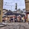 【HDR写真】大阪 法善寺横町の水かけ不動さん前でスケッチをする人を見た。