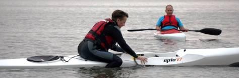 Konsentrasjon og balanse må til for å entre en kajakk fra vannet! Foto: Wenche Huseby