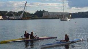 Ole Magnus instruerer Kristoffer før padling i kanalen.