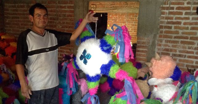 En San Juan de la Puerta las piñatas de visten de colores Foto: Esaú González