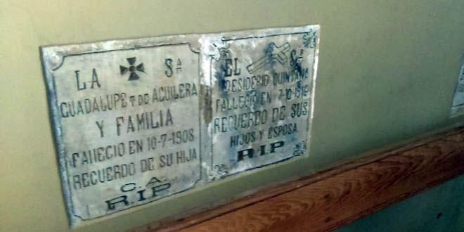 Lápidas dentro de la Parroquia de Nuestra Señora de la Luz. Foto Esaú Gonzalez.