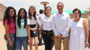 con alumnas y rectora de Campus