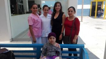Representantes de Tías Pelucas y SODAL en entrega de pelucas oncológicas